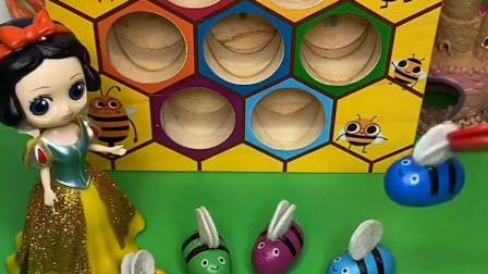 贝尔不帮助小蜜蜂,白雪来帮助小蜜蜂,小蜜蜂来感谢白雪