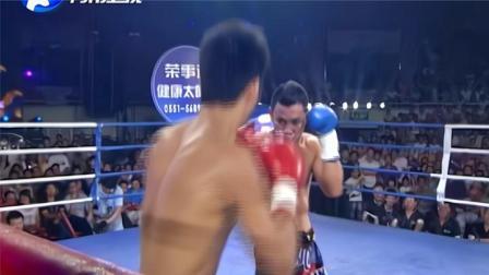 泰拳王顶不住!中国小将连续铁拳砸脸面门开裂,全场观众集体欢