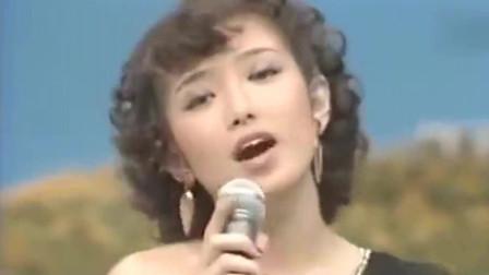 山口百惠在舞台上唱歌忘词了,她用优雅又俏皮的微笑化解了