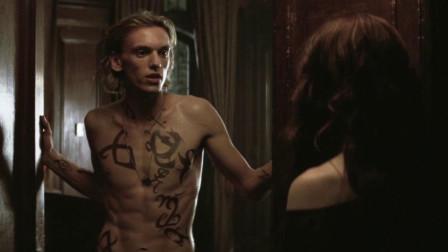 小伙正在刻画符文,美女来找他,小伙却以为来找他当人体模特