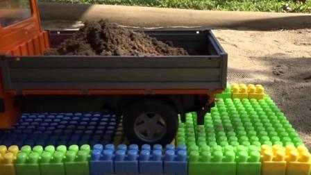 儿童玩具车表演:挖掘机、翻斗车、拖车建造桥梁!