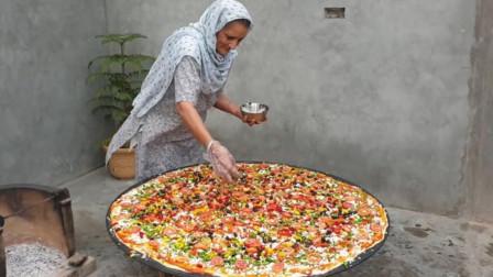 """老奶奶现场制作""""巨型披萨"""",一大群孩子围着吃,太有爱心了!"""
