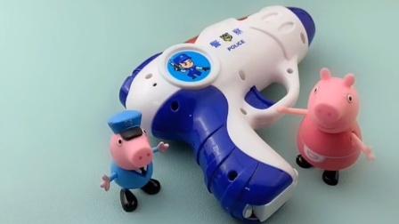 猪爸爸正在睡觉,乔治拿着玩具去吓唬他