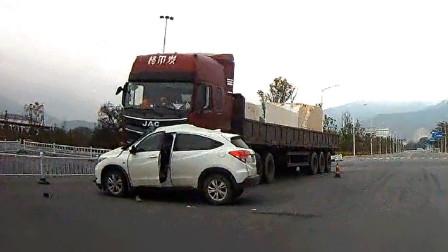交通事故合集:小车跨双黄线随意转弯,下一秒追悔莫及