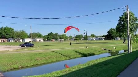 附近全是高压线,在这种地方玩滑翔伞,这是嫌命长吗?