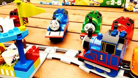 托马斯小火车运输积木货物玩游戏, 组装轨道站台,儿童玩具亲子互动