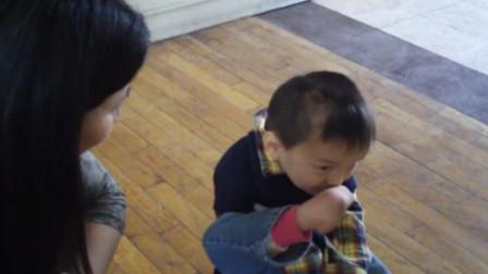 当告诉福利院里的小男孩,外国爸爸会来收养他,他的反应亮了!