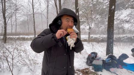 剧组在冰天雪地里拍电影,因缺乏水和食物,导演靠烤面包充饥