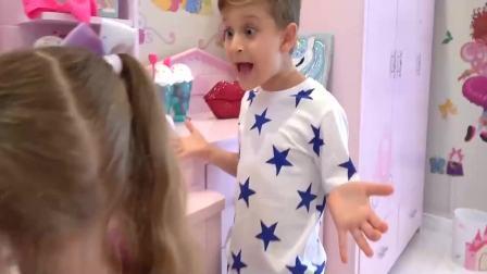 美国时尚儿童:小萝莉给自己化妆,美美哒