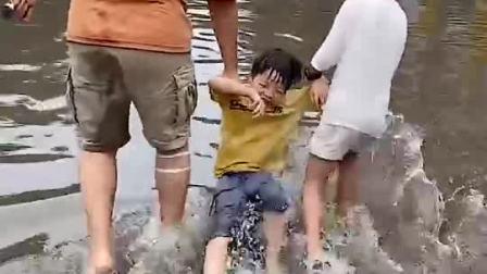 亲子游戏:爸爸和哥哥这是带小宝贝去干啥