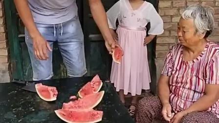 童年趣事:爸爸给奶奶和宝宝切瓜吃