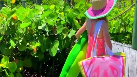 国外萌宝时尚,小萝莉发现一只迷路的鳄鱼宝宝,真的太棒