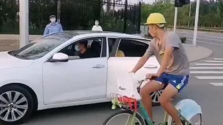 童年趣事:孩子车行途中开门,民工千钧一发施救