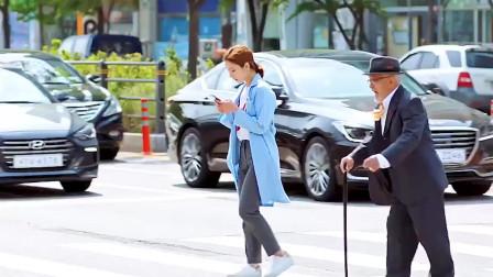 善良的女孩在老人过马路时,装作玩手机为他挡住车流,人美心善想娶回家吗