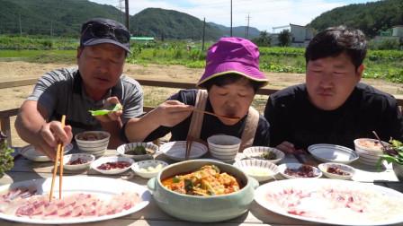 全家一起享用鱿鱼和美味可口的麻辣鱼汤,真是丰盛的一餐!