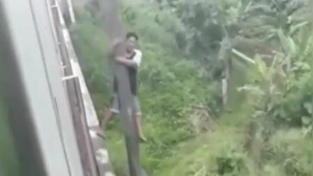 印度男子抄近道遇火车, 吓得爬上电线杆