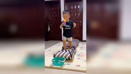 亲子游戏:在家用被子就能锻炼宝贝的平衡力