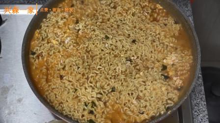 韩国兴森一家三口:快来跟妈妈一起学习一下大葱泡菜的做法吧,还有我煮的安城汤面!