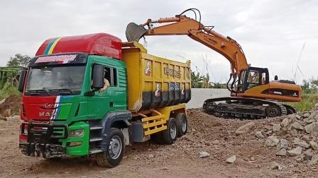 彩色大卡车和挖掘机玩具运输沙土