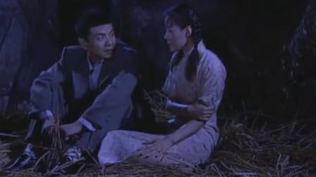 男军医带女学员山洞躲雨,怎料男军医的问题让她脸红,下秒刺激了