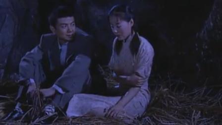 军医带女学员半路遇到暴雨,怎料两人躲进山洞,下秒两人确立关系