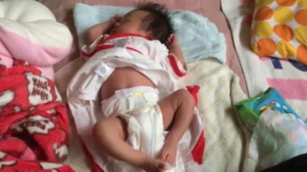 妈妈去叫小奶娃起床,接下来宝宝的反应,直接让妈妈心都酥了!