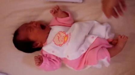 新生宝宝在哭,当爸爸看懂是饿了,但是随后做出的举动却令人费解