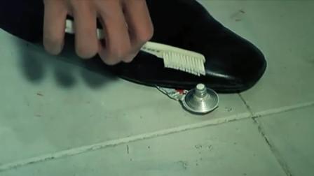 影视:许冠文不愧是冷面笑匠,这牙膏让他用的也太节约了!
