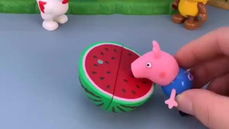 乔治在吃大西瓜,小猪佩奇被西瓜皮滑道了,乔治乱扔垃圾不文明