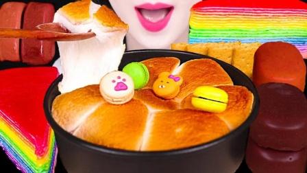 小姐姐吃烤棉花糖蛋糕,创意的做法带来非同一般的味蕾享受!