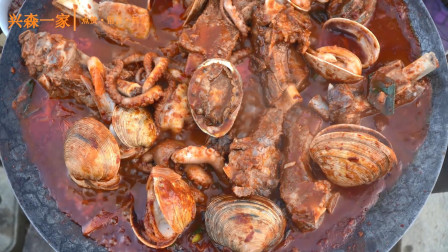 韩国兴森一家三口:加入牛排骨和各种海鲜的辣味海鲜炖排骨, 妈妈的秘制料理!