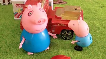 猪爸爸带乔治出门,小车没有油了,乔治想给他加油