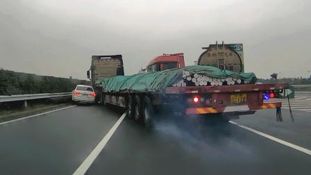 交通事故合集:大罐车路口盲目变道,连环事故就在眨眼间
