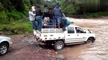 村民开车直接从洪水中经过,悲剧一幕被监控拍下