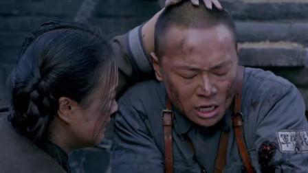 胖嫂目睹战场的残酷,到处都是尸体,虎子受伤