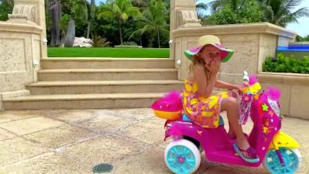 儿童亲子互动,小萝莉和她的海滩之旅,太有趣了