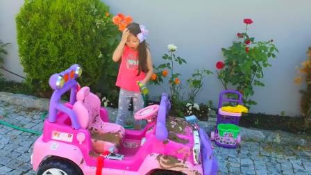 美国时尚儿童,小可爱在清洗车子,来看看吧