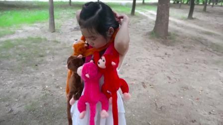 美国时尚儿童,小女孩在玩玩具,真高兴啊