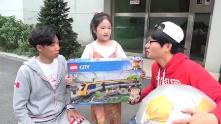 国外少儿时尚国外,小萝莉和哥哥玩玩具,太高兴啦