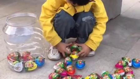 童年记忆:这个小宝贝是在干嘛呢