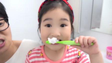 国外少儿时尚,小女孩在家自己刷牙,太厉害了