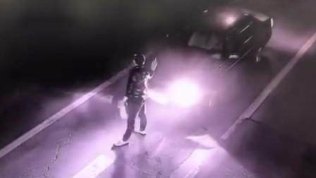 陕西渭南:迷之操作!醉酒男马路当舞台,截停轿车疯狂尬舞