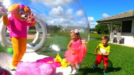 美国时尚儿童,小可爱们在玩透明球,一块来看看吧