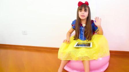 美国时尚儿童,小女孩正在玩什么呢,一起来看看吧