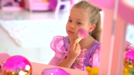 美国时尚儿童,小可爱在自己化妆,真好看啊