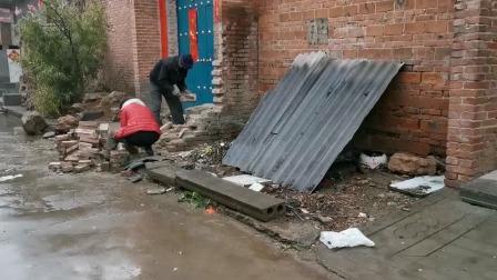 年轻小伙一脚油门,把人家整个厕所给撞翻了,这速度得有多快