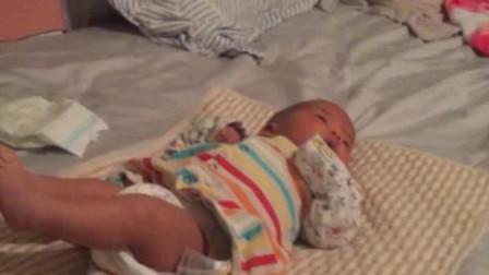 刚出生的宝宝,换尿布时发现双脚僵硬,结果亲爸爸直接玩得停不下来