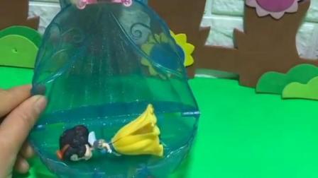 亲子有趣幼教视频,贝儿姐姐背着她去医院,还好王子及时赶到