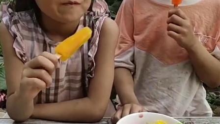 快乐童年:偷偷拿点妹妹的西瓜糖,别被发现了