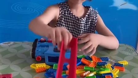 无忧无虑的童年:宝宝自己装骨牌